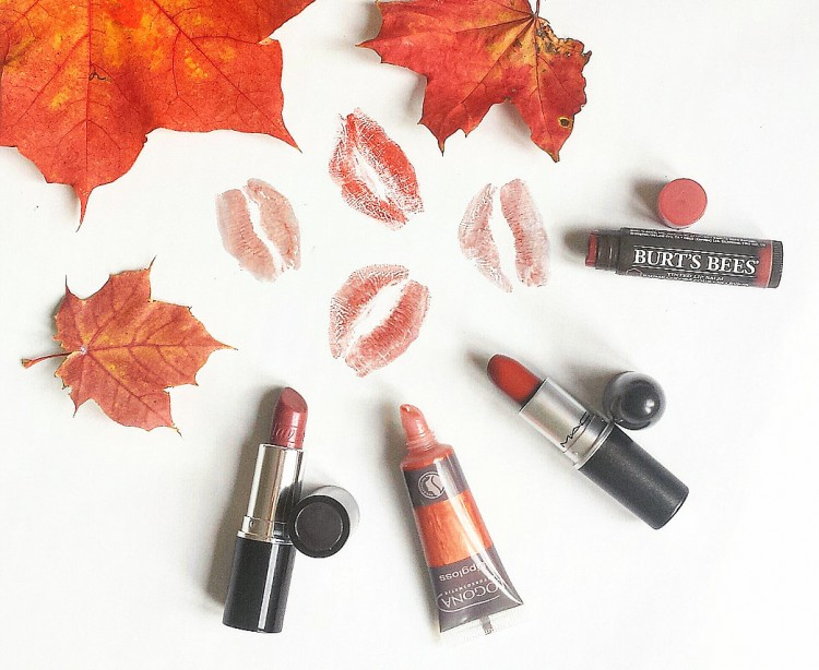 karosophies-naturkosmetik-make-up-read-my-lips-herbst-fuer-unsere-lippen-lipstick-mac-matte-chili-beautiful-lips-lavera-maroon-kiss-lipgloss-logona-terracotta-tinted-lip-balm-burts-bees-red-dahlia